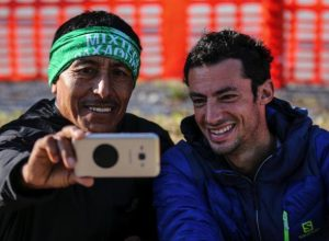 Kilian Jornet e Ricardo Mejía, pentacampeões, tiram uma selfie em 2017. Foto: Philippe Reiter