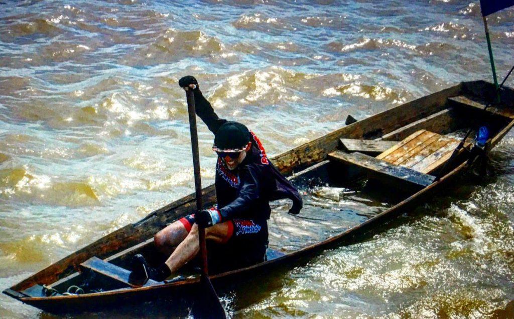 Empresário percorre rio Amazonas em canoa com fins solidários